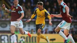 premier-league-football-mesut-ozil-ben-mee-stephen-ward-arsenal-burnley_3799536