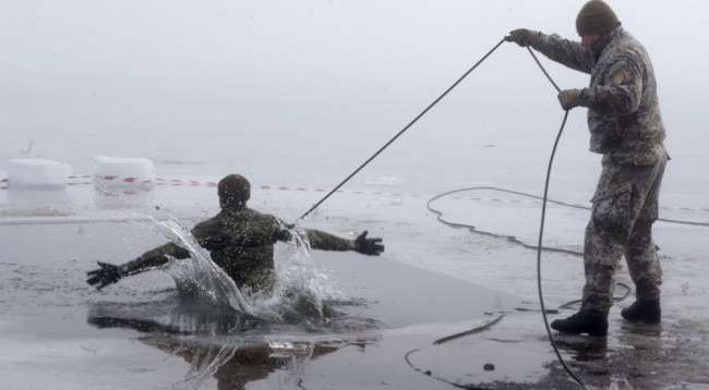 a-canadian-soldier-in-latvia-takes-part-in-ice-plunge-training-as-part-of-nato-exercise-operation-atlantic-resolve-1000x700-650x3581486308222